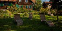 Leżaki w ogrodzie.jpg
