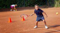 Pan Józek, trener tenisa udziela lekcji na naszym_korcie ceglastym.jpg